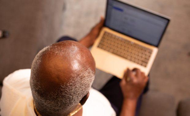 Man laptop kaal hoofd
