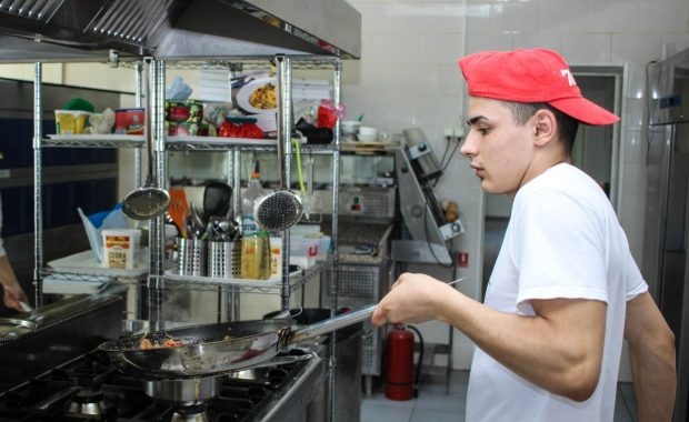 Man in keuken
